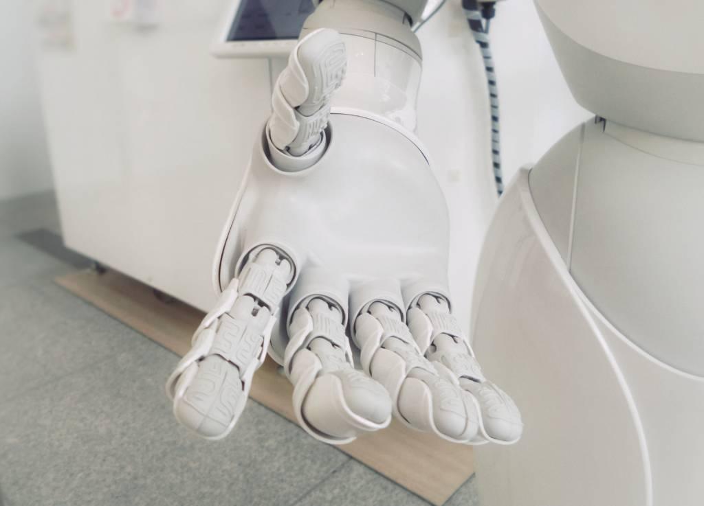 Aseguranza Medica Barata  robótica en medicina mano de Robot blanco y negro amigable en un hospital