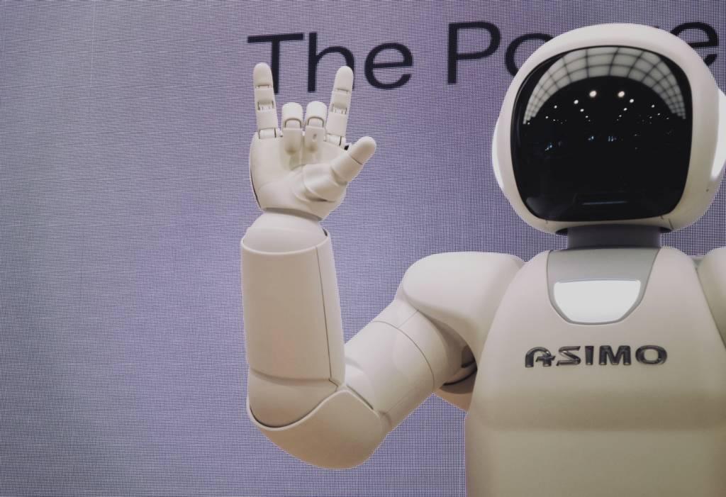 Aseguranza Medica Barata  robótica en  medicina Robot blanco y negro asimo amigable sonriendo
